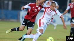 Tunisia's forward Wahbi Kharzi (13) vies with Egyptian forward Mohamed Alniny(17) during the 2015 Africa Cup of Nations qualifying football match between Tunisia and Egypt on November, 19 2014 at the Ben Jannat Stadium in Monastir. AFP PHOTO / SALAH HABIB